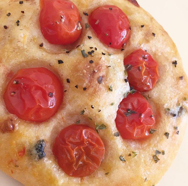 パンヲカタルとグロワールのコラボパン「はにかむトマトと蜂蜜のフォカッチャ」